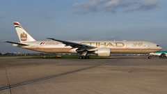 Etihad 777 Golden Hour. (spencer_wilmot) Tags: a6etr ey etd eyetd lhr egll lhregll heathrow heavy sideon 777 777300 777300er b777 b773 b77w widebody evening eveninglight arrival plane passengerjet flying flight civilaviation commercialaviation jet jetliner tripleseven aviation longhaul london ramp aircraft airplane airliner airport airside apron boeing boeing777 livery taxiway twin huge goldenhour