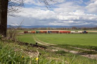 CFF Cargo Eem 923 avec un train de conteneurs entre Dompierre et Domdidier