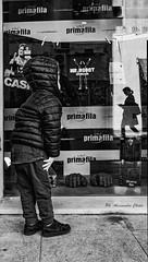 Curiosando (alessandrochiolo) Tags: sicilia siciliabedda street streetphoto sicily streetphotografy streetphotography strada biancoenero bw bn blackandwhite fujifilm fuji