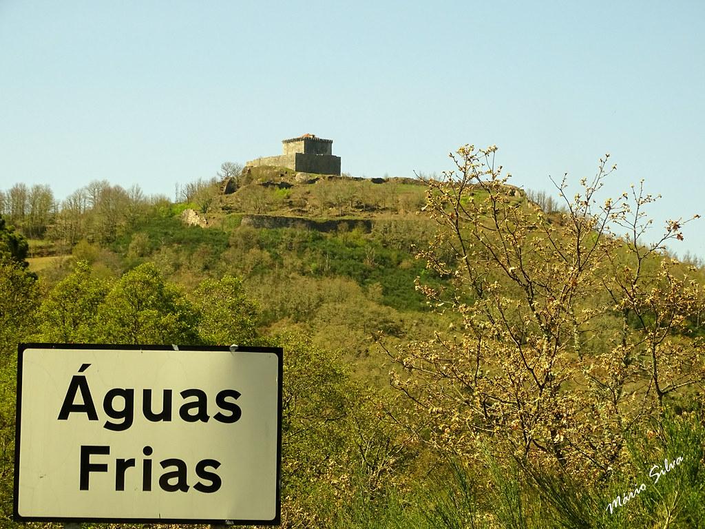 Águas Frias (Chaves) - ... a placa identificativa da Aldeia e o seu ex-libris, o castelo de Monforte de Rio Livre ...