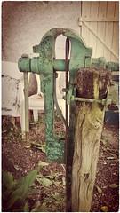 Abandonné,mais toujours utile. (busylvie) Tags: jardin outil usagé rouillé étau fer poteau bois textures effets