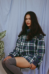 Drielly (TheJennire) Tags: photography fotografia foto photo canon camera camara colours colores cores light luz young tumblr indie teen plaid kneesocks people portrait guaiacas 2017 50mm jumper shirt hair darkhair greeneyes look girl cozy home fashion style outfit