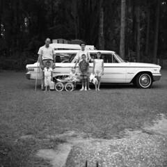 Anglų lietuvių žodynas. Žodis station-wagon reiškia n amer. didelis automobilis, universalas (su atlenkiamomis sėdynėmis ir bagažine); mikroautobusas lietuviškai.