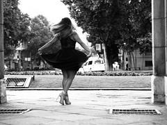 Belleza al natural!  Nada sienta mejor que el triunfo de lograr tus metas!  Bajo la Puerta de Alcalá. Bajo la lluvia de las 7:00am.  Natural Beauty!  Nothing feels better than the triumph of achieving your goals!  Under the Puerta de Alcalá. Under the rai (informacion1) Tags: mujerlibre natural totalbeauty exitosa mmdizfotografia bellezza triunfadora graduacion beautenaturelle beaute naturalpic bellezanaturale festejo naturalbeauty belezanaturale caminandomariandediz beleza