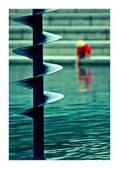 au bord du bassin (Marie Hacene) Tags: ladéfense paris reflets fontaine immeuble architecture