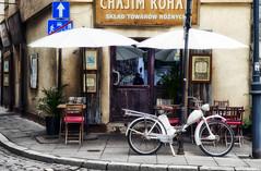 IV9 (roberke) Tags: street straat window raam venster bar cafe stoelen tafels brommer white wit ketting signes reflecties krakau polen
