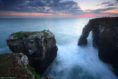Las Catedrales (Hector Prada) Tags: amanecer sunrise costa coast sea mar acantilado cliffs playa beach lascatedrales ribadeo rocas rocks cielo sky silks largaexposicion longexposure clouds nubes verano summer galicia vacaciones holidays viajes travel