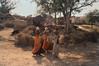 3 FEMMES ET ÉCOLE (Jean d'Hugues) Tags: inde indiennes femmes école écoliers nature porteuses village
