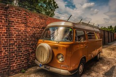 Alter VW Bus... (hobbit68) Tags: vw bus volkswagen car auto wall mauer gebäude gemäuer sky himmel clouds wolken reifen windows fenster tree baum