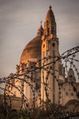 Fe (Eugercios) Tags: santiago santiagodechile chile fe basilica lourdes church wall wire fence alambrada sunset atardecer