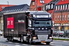 XP92891 (13.01.07)_Balancer (Lav Ulv) Tags: articulated artic hauler trækker zugmaschine sattelschlepper sattelzug auflieger semi tractorunit tractor mickhansenhandeltransport protecvinduer curtainside planentrailer gardintrailer skanderborgvej vibyj vibytorv daf dafxf xf105 105460 e5 euro5 4x2 2012 afmeldt2014 retiredin2014 truck truckphoto truckspotter traffic trafik verkehr cabover street road strasse vej commercialvehicles erhvervskøretøjer danmark denmark dänemark danishhauliers danskefirmaer danskevognmænd vehicle køretøj aarhus lkw lastbil lastvogn camion vehicule coe danemark danimarca lorry autocarra