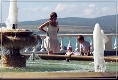 Дети у фонтана (vikkay) Tags: геленджик город городкурорт море горы лето набережная мама дети фонтан вода брызги