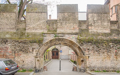 (Fausse) Porte de l'enceinte médiévale de Strasbourg (Zéphyrios) Tags: strasbourg alsace grandest nikon d7000 door porte arc feuilledacanthe rosettes niches coquilles renaissance