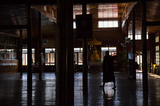 Dans la pénombre du monastère