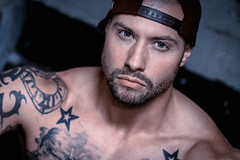CSC (SBW-Fotografie) Tags: sbw sbwfoto sbwfotografie canon canon70d canoneos70d 70d 100mm portrait porträt mann man blaueaugen blueeyes cap tattoo tattoos inked muskeln muscles trapezius availablelight existinglight naturallight bart beard nasenring
