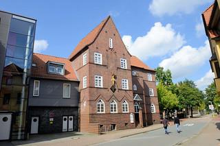 DSC_0935 Blick in die Mühlenstraße von Soltau zum expressionistischen Gebäude des Feuerversicherungsvereins - das jetzige Wohn- und Geschäftshaus steht unter Denkmalschutz.
