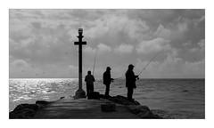 Dia de peixca (Vicent Granell) Tags: granellretratscanon perelló el peixca peixcadors mar nuvols tres bn mirada visió composició personal contrallum