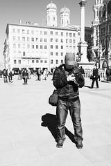Chimping in Munich (edelweisskoenig) Tags: eu europe europa germany deutschland bavaria bayern munich münchen fuji fujifilm fujinon travel reisen xt20 fujifilmxt20 23mm 23mmf2 xf23mmf2rwr xf23 xf23mmf2 fujinonxf23mmf2rwr schwarzweiss blackandwhite blackwhite monochrome monochrom people menschen street streetphotography streetlife photographer fotograf chimping