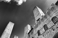 San Gimignano (SLpixeLS) Tags: italy italie tuscany toscane toscana village old antique tower tour castel château sky ciel sangimignano blackandwhite noiretblanc art