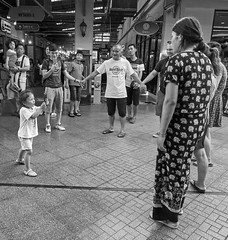 Hard Rock family, Centro Comercial Asiatique The Riverfront, Bangkok, Tailandia (Edgardo W. Olivera) Tags: people gente foto photo familia family niña girl asiatiquetheriverfront gh3 panasonic lumix asia sea sudesteasiático southeastasia microcuatrotercios microfourthirds edgardowolivera thailand tailandia mercado mall centrocomercial