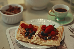Breakfast (TheJennire) Tags: photography fotografia foto photo canon camera camara colours colores cores light luz young tumblr indie teen 50mm waffles comida food 2018 berries fruits coffee mug hotdrink breakfast nutella strawberries detail