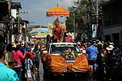 "Songkran Chiang Mai. (ol'pete) Tags: เมษายน april พุทธศาสนิชน buddhist งานฉลอง festival เชียงใหม่ chiangmai สงกรานต์ songkran ประเทศไทย เมืองไทย thailand ทำบุญ ""makemerit"" ถนนท่าแพ ""thapaeroad"" ""canoneos350d"" ""efs1855mm"" earthasia"