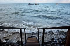 (my) passion (Ruby Ferreira ®) Tags: oceanoatlântico atlanticocean hightide maréalta boats barcos stairs escada rocks oceanicbeach ondas waves