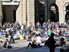 Easter in Bologna (magellano) Tags: bologna italia italy piazza square maggiore grande pasqua easter gente people candid sitting sit seated crescentone