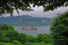 Una cornice per San Giulio. (stefano.chiarato) Tags: isola orta ortasangiulio lago lake verde cornice paesaggio panorami piemonte italy pentax pentaxlife pentaxk70 landscape
