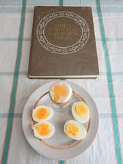 яйца-и-книга-верт (Horosho.Gromko.) Tags: egg eggs cooking breakfast boiledeggs яйца рецепт книгаовкуснойиздоровойпище кухня еда food