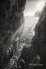 (279/18) La grieta (Pablo Arias) Tags: pabloarias photoshop photomatix capturenxd españa cielo nubes roca contraluz rayosdesol atardecer grieta calagaldana bn blancoynegro monocromático menorca
