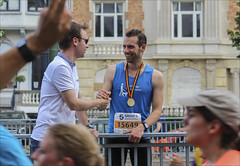 Well done! (chando*) Tags: 20kmdebruxelles brussels bruxelles course gens homme man medal médaille people run running sport streetphotography