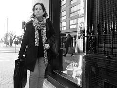 Ultimos recados (no sabemos cómo llamarnos) Tags: street calle rue streetphotography urbanphotography photoderue fotourbana fotocallejera magasin tienda reflejo reflection blancoynegro blackandwhite noiretblanc mujer femme woman