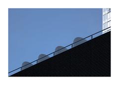 Morceau choisi (hélène chantemerle) Tags: abstraction architecture nouveautribunaldeparis batignolles noir bleu blanc ciel bâtiments détails