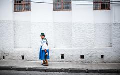 Blanco (The French Travel Photographer) Tags: 7portraits flickrcomsebmar marcher couleursfroides blanc habittraditionnel bleu action ©sébmar marchetraditionel instasebas otavalo equateur provinciadeimbabura équateur ec
