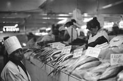 Cortaora (-Chack-) Tags: canonae1program canonae1 canon agfaapx100 agfa analogue film 35mm analog blackandwhite blackwhite bw lima ciudad capital perú mercado fish fishgirl