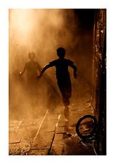 gagner la course (Marie Hacene) Tags: parisplage quai enfant silhouette mur anneau été