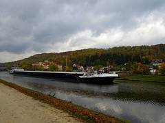 Im Kanal vor der Schleuse (johannroehrle) Tags: deutschland donau danube donarea dunaj wolken wasser water clouds chmury regensburg germany landscape landschaft sony schiff