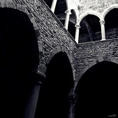 Les Arcades. (Un jour en France) Tags: monochrome arcade architecture arche bâtiment mur