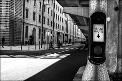 Péril urbain /   Dangerous crossing (vedebe) Tags: noiretblanc netb nb bw monochrome ville city rue street urbain urban urbanarte