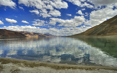 Lago Pangong (Fil.ippo) Tags: pangong lake lago ladakh india landscape panorama paesaggio reflection riflessi sky clouds nuvole cielo nature natura mountains montagne filippo filippobianchi nikon d610 travel viaggio tsotrip himalaya jammu kashmir