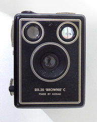 Kodak SIX-20 Brownie C (pho-Tony) Tags: photosofcameras kodaksix20browniec kodak six20 brownie c box boxcamera boxbrownie 620 roll flm rollfilm 6x9 6cmx9cm mediumformat simple cheap 1950s