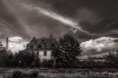 Altes Haus an den Gleisen (hobbit68) Tags: schwarzweis blackwhite haus house gleisen bahngleise bahnhof bahnstrecke wolken clouds himmel fujifilm xt2 gras windows fenster
