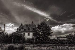 Altes Haus an den Gleisen