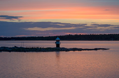 Twinkle (RdeUppsala) Tags: lighthouse beacon faro landscape landskap light luz ljus sky cielo coast costa kust kväll gräsö baltic báltico mar moln sea night sverige sunset suecia sweden sommar verano summer naturaleza nature natur nubes nordic nórdico ricardofeinstein öregrund östersjön gräsösundet uppland