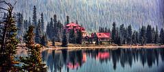 Num-Ti-Jah Lodge (Miradortigre) Tags: lodge lago canada alberta landscape paisaje