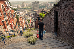 Bueren en fleurs 2018 : Going Down / La descente (Gilderic Photography) Tags: liege belgium belgique belgie montagnedebueren bueren escalier city ville people street cityscape vertigo citylife