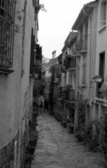 Collioure Street (carles.ml) Tags: olympus om1 kodak tmax 400 france film bw street 35mm