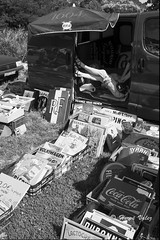 Puces_0473 (hervv30140) Tags: puces société marché brocante étalage livre disque jeux jambe pose noir blanc affiche parasol