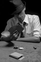 Dealer (Simone Sattler) Tags: noir dealer misterio pb bn bw preto cinza branco sombras estilo homem poker charuto chapeu gravata cartas jogos azar sorte fichas dados aposta surpresa desfecho interpretação arte gênero época épico fumaça